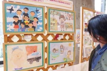 児童養護施設や里親家庭の子どもたちの「夢」を描いた作品が並ぶ会場