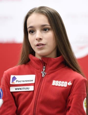 中国・重慶で取材に応じるロシアのアンナ・シェルバコワ(共同)