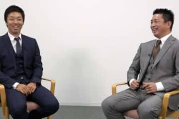 中日・吉見一起(左)と今シーズン限りで現役を引退した館山昌平氏【写真:若狭敬一】