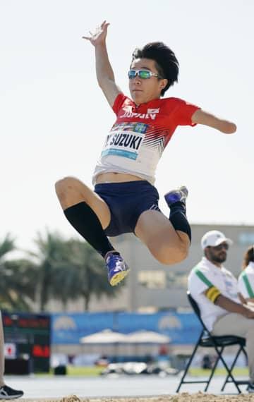 男子走り幅跳び(上肢障害) 跳躍する鈴木雄大=ドバイ(共同)