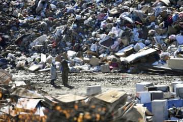 山積みになった台風19号による災害ごみ=10月、宮城県丸森町