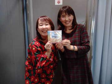 シンガーソングライターのつるうちはな(写真左)。ラジオ番組のパーソナリティー塩田えみと(写真:ラジオ関西)