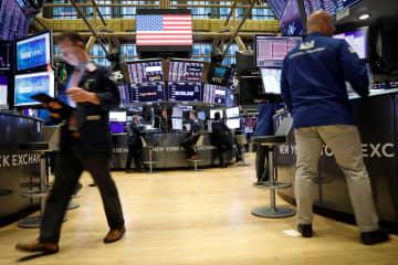 ニューヨーク証券取引所のトレーダーたち(ロイター=共同)