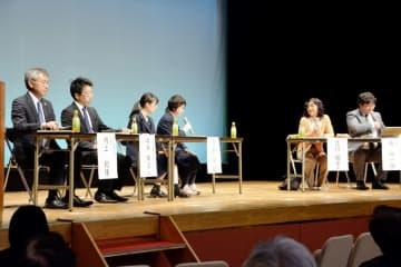 刑事司法について高校生らが江川紹子さん(右から2人目)と意見を交わしたトークセッション=11月10日、福井県福井市のフェニックス・プラザ