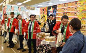 コラボ商品をPRする(右から)真船社長、伊藤社長、斎藤社長、香川社長、高島社長