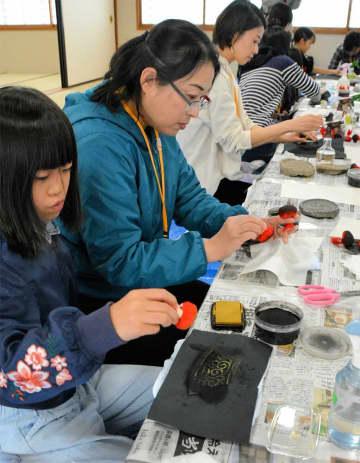醍醐寺で出土した瓦の拓本に挑戦する児童ら(京都市伏見区・同寺)