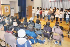 リコーダー演奏を発表する萩野小の3、4年生