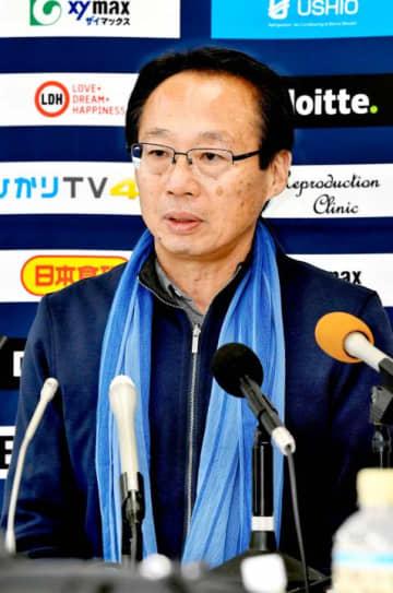 J3昇格を確実にし、今後のチームづくりなどの展望を語るFC今治・岡田オーナー=10日、夢スタ