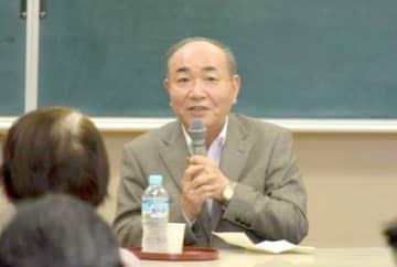 「読書のたのしみ」と題して講演する出久根達郎氏=石岡市立中央図書館