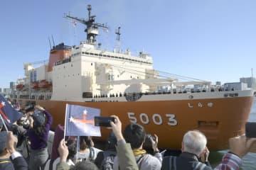南極へ向け出港する観測船「しらせ」=12日午前、東京都中央区