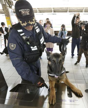 G20外相会合を控え、愛知県警がJR名古屋駅で実施した警戒活動でごみ箱を調べる警備犬=12日午前