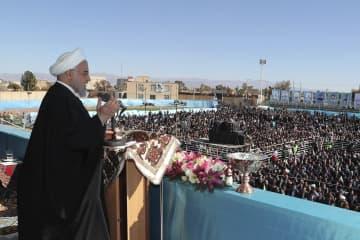 11日、イラン・ケルマン州ラフサンジャンで演説するロウハニ大統領(イラン大統領府提供、AP=共同)
