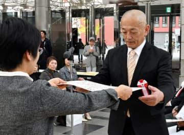 表彰状を受け取る大賞の石原さん(右)=10日、鳥取市のとりぎん文化会館