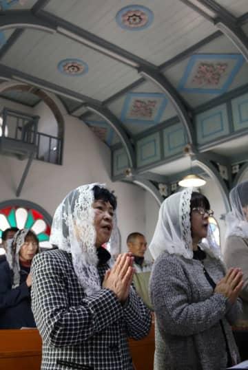 建造100周年を祝う信徒ら=新上五島町、頭ケ島天主堂