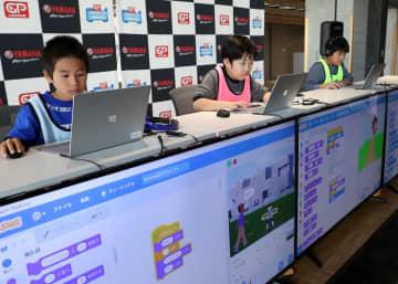 決勝戦でプログラミングの技術を競う小学生=県庁