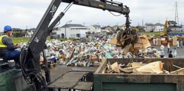 収集され、分別される災害ゴミ=11日午前、栃木市川原田町の市総合運動公園