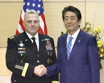 米軍のミリー統合参謀本部議長(左)と握手を交わす安倍首相=12日午前、首相官邸