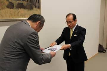 岩見土木部長に要望書を手渡す朝長会長(右)=長崎県庁