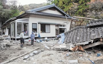 濁流が突き抜け、全壊した小野さん方=8日、南相馬市原町区高倉