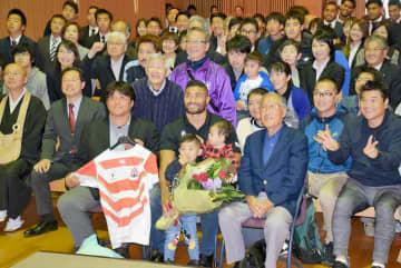 ラグビー日本代表、マフィ選手が母校に凱旋 「みなさんのおかげで素晴らしい大会になった」