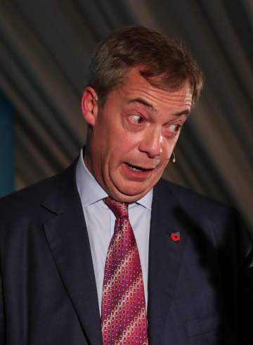 11日、英セッジフィールドでの選挙活動で話す離脱党のファラージ党首(ロイター=共同)