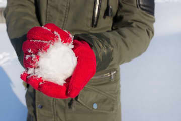 雪玉を作る女性