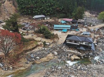 土砂崩れと五福谷川の氾濫で大きな被害を受けた宮城県丸森町の薄平地区。復旧は進んでいない=11日午前10時10分ごろ