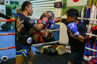 強烈な拳を叩き込む林(右)(C)M-1 Sports Media
