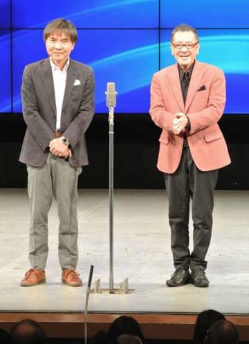 大阪市のなんばグランド花月で漫才を披露する「Wヤング」の平川幸男さん(右)と佐藤武志さん=4月
