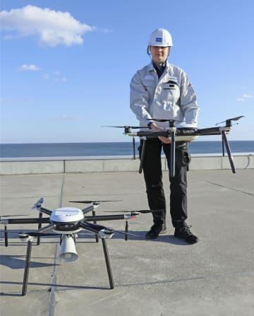 津波避難を呼び掛ける拡声器を搭載したドローン(左)とカメラとサーモグラフィーを搭載したドローン=12日午後、仙台市