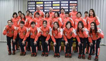 ポーズを取るハンドボール女子の日本代表メンバー=12日、東京都内