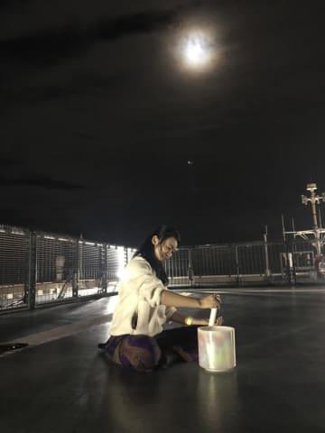 クリスタルボウルの神秘的な音色が響く中、月のエネルギーを感じながら瞑想したイベント