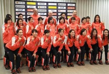集合写真に納まる女子ハンドボール世界選手権日本代表のメンバー=12日、東京都千代田区の都道府県会館