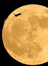 月までひとっ飛び(撮影・吉田敦史)
