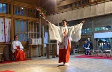 米国ロサンゼルスで山火事の沈静化などを願って奉納する「豊栄舞」を練習する安在菜央さん=高千穂町・高千穂神社