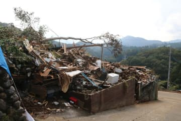 土砂崩れに襲われ、大きな被害が出た現場=相模原市緑区牧野