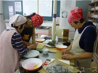 料理を作るおうら青年学級の参加者。こうした活動が評価され文部科学大臣表彰を受けることになった