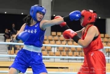 女子ジュニア・ライト級準決勝 長い腕を生かしてパンチを繰り出す館林女高の星野(左)。「ライオンの目つき」で一歩も引かなかった=10月19日、札幌市中央体育館