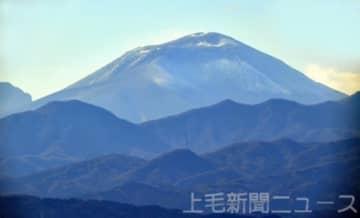 浅間山がうっすら雪化粧 例年より遅い初冠雪を観測