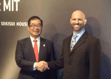 積水ハウスとMIT の医工学研究所は、在宅健康モニタリングなどの共同研究を進める仲井嘉浩・積水ハウス社長(左)、ブライアン・アンソニー・MIT教授
