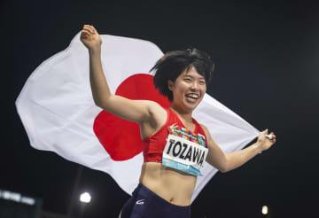 女子走り幅跳び(義足)で3位となり笑顔の兎沢朋美。東京パラリンピック代表に内定した=ドバイ(共同)