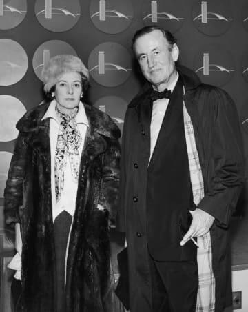 英スパイ小説「007」シリーズの作者イアン・フレミングと妻のアン=1962年、米ニューヨーク(ゲッティ=共同)