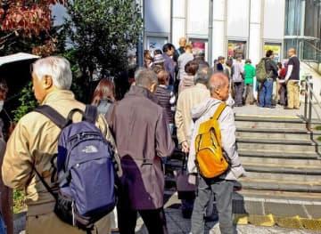上映が実現した「主戦場」の観覧希望者が長い列を作ったしんゆり映画祭=4日、川崎市麻生区