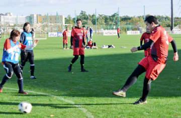 天然芝のピッチで熱戦を繰り広げる選手