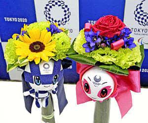 東京五輪のビクトリーブーケ(左)とパラリンピックのビクトリーブーケ。緑の花がトルコギキョウで五輪用の下の葉がナルコラン