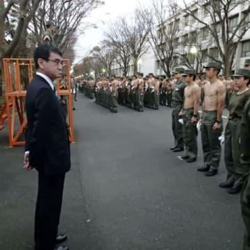 防衛大学校で全学生が一斉に起床して点呼を取る様子を見学する河野防衛相=13日午前、神奈川県横須賀市