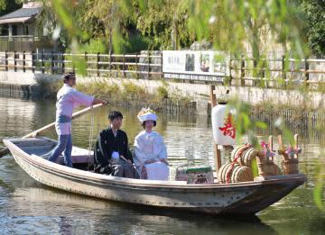 初めて運航された夫婦舟=潮来市内