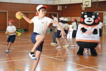くまモンが見守る中、シュート練習する児童=美里町