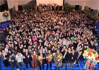 伊参スタジオ映画祭で山崎さん(前列中央)ら出演者とともに記念撮影をする来場者やスタッフ=8日