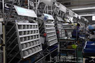 OKI富岡工場で導入されているプロジェクションアッセンブリーシステム。作業台上部に作業指示が投影される